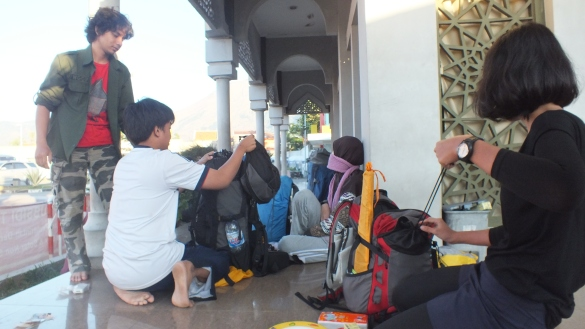 Siap-siap di masjid SPBU Warung Tanjung