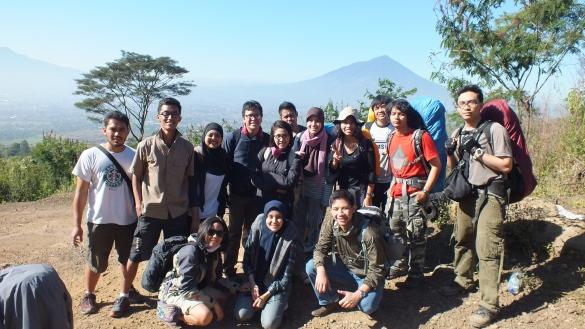 Bersama pendaki-pendaki lain di penggalian (pos awal pendakian)