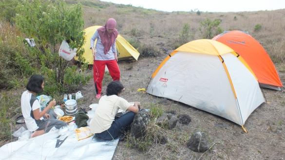 Tenda-tenda selesai didirikan