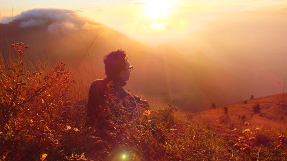 Masya-Allah betapa indahnya menikmati sunrise di puncak gunung