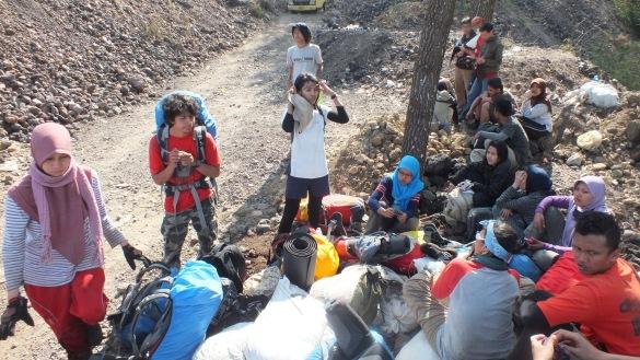 Menunggu di penggalian bersama pendaki2 lain